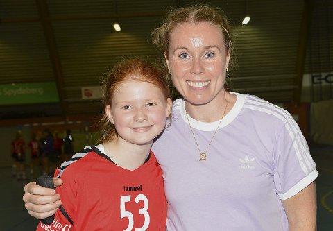 STOLT: Askim-spilleren Sofie Kasbo smiler blygt og stolt mens hun blir tatt bilde av sammen med selveste Karoline Dyhre Breivang.