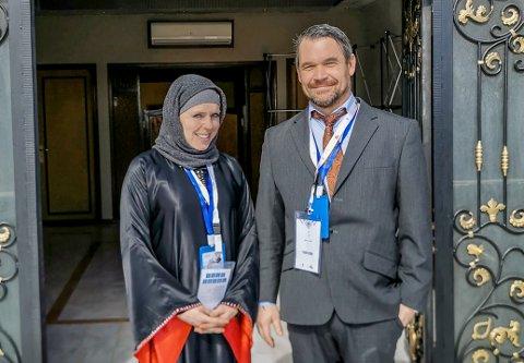 Sandra Horten (37) og Øystein Horten (43) i Saudi-Arabia på kamelkonferanse. Kvinner trengte ikke tildekke seg, men det er kaldt i Saudi-Arabia på denne tiden av året og Sandra har på seg hue og hals fordi hun fryser.