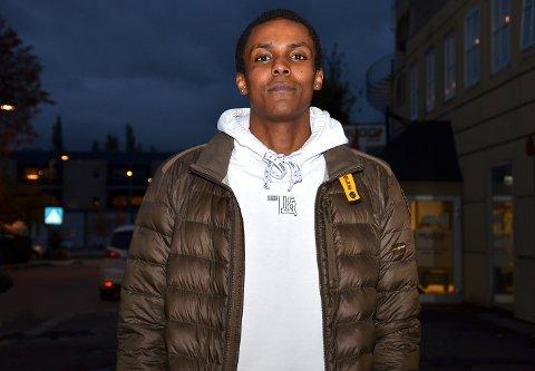 SETTER SPOR: – Det å høre apelyder slengt ut mot seg på grunn av hudfargen, treffer dessverre veldig godt, sier Ørje-spilleren Abdi Hassan (24), som har fått kjenne på rasisme som fotballspiller.