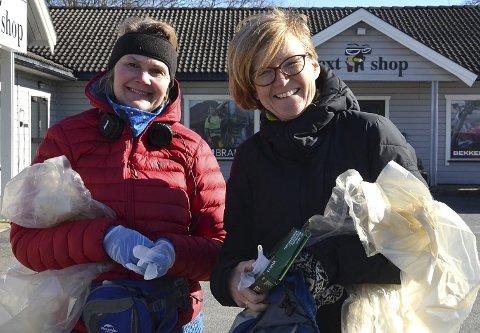 ALTERNATIV: – Vi ønsket å gjøre noe positivt og meningsfylt for lokalmiljøet i disse Korona-tider, sier Heidi Wiig (t.v.) og initiativtaker Elisabeth Strengen Gundersen. De fikk plukket 15 store sekker med søppel og rundt et snes med henslengte sprøyter. – Vi er vant til at sprøyter ligger henslengt langs veien, men det er utrolig utrivelig, sier Gundersen.