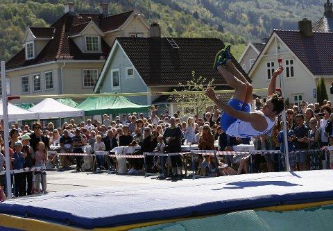 NUMMER TO: Henrik Holmberg hoppa 1,95 meter og enda dermed på andreplass under Høgdegallaen i Vik laurdag. (Foto: Endre Romøren)