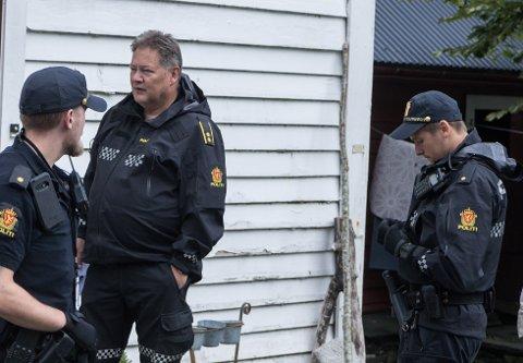 IKKJE GJORT AVHØYR: Den sikta gjerningsmannen etter økseangrepet i Askvoll natt til tysdag har enno ikkje blitt avhøyrt, seier tenestestadsleiar Kåre Jan Hofrenning (utan caps).