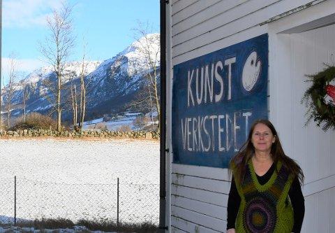 VERKSTAD: Anne-Lise Rislå Stangeland planlegg å ha ei utstilling i Byrkjeland bedehus neste sommar når ho fyller 60 år.