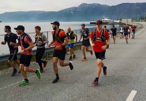LYSEFJORDEN INN: Over tyve ultraspreke løpere la lørdag morgen ut på tur fra Oanes til Lysebotn.