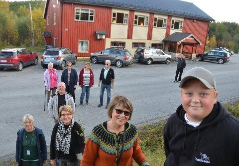 Oliver Røyseng (fremst), Elin V. Røsæg, Guri Moum Brede, Brit Ringseth, Geir Røyseng, Bjørg Nonstad, Marit Klefstad Vikan, Synnøve Viken, Knut Svenning og Guttorm Viken er alle glade for at det er lagt nytt tak på Sunnan grendehus.