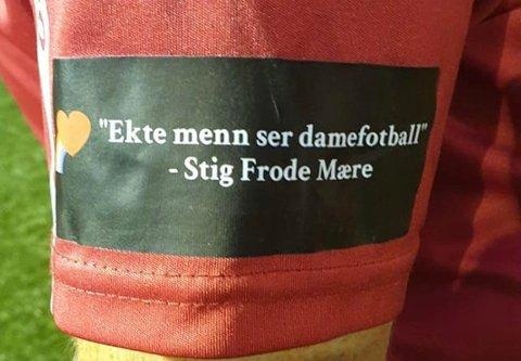 Hedrer gammeltreneren: Kvinnelaget til Sørlia hedrer gammeltreneren sin, Stig Frode Mære, med denne logoen på drakten denne sesongen. Et sitat som kaptein Lise Storli er helt enig i.