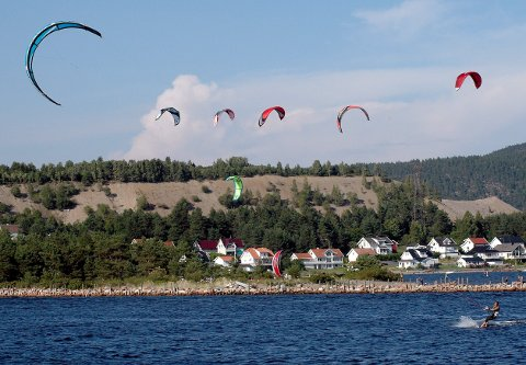 OVER Strømmen: Svelvik kommune har i høst ryddet i vegetasjonen som har tatt mer og mer over den idylliske bade- og kiteplassen i Svelvik. Arkivfoto