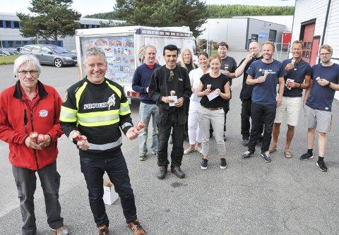 Kom med isbilen: Sjåfør Kjell Iversen (til venstre) i Isbilen og Tom Arne Lefsaker fra Protektiv kjørte torsdag rundt fra klokka 09.00 til 14.30 og delte ut is til bedrifter på Rødmyr og Kjørbekk. Her har de delt ut is til flere av de ansatte hos Made for movement.foto: ørnulf holen