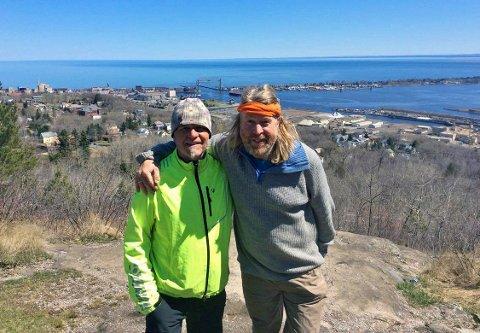 GUTTA PÅ TUR: David Johansen fra Dalen og Dag Larsen fra Rauland ved  havneområdet i Duluth. Lake Superior i bakgrunnen.