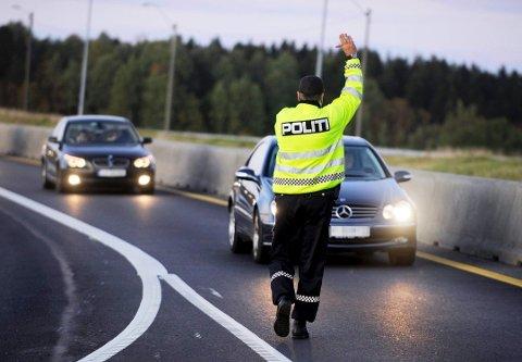 STOPP! Noen bilførere straffes strengere enn andre. Foto: Per Gilding