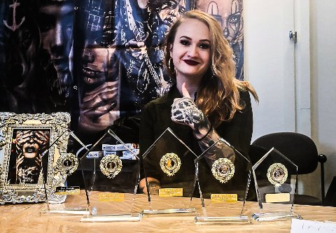 STOR SUKSESS: Her er Mina på den største og eldste tatoveringsmessa i Norge tidligere i år. En kan trygt si hun gjorde det bra der også.
