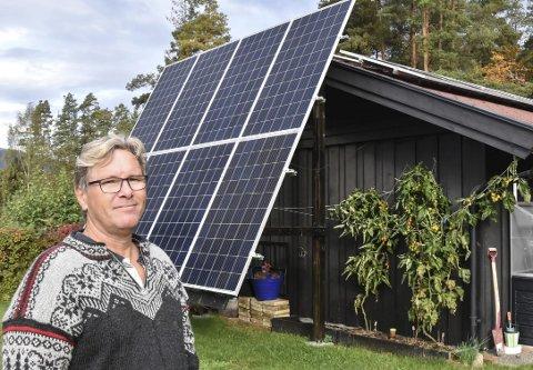 E-verk på garasjetaket: Nå produserer Finn Iversen sin egen strøm, og overskuddet bruker han til å lade elbilen med. Renere energi finnes ikke.