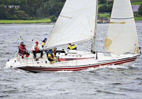 Team «Luzern» består av Vidar Kjønnø (fra venstre), Ole Erik Gussiås, Rune Djuvsland (bak seilet) og Rune Flaten. Ola Krogsrud vises ikke på bildet. foto: Privat