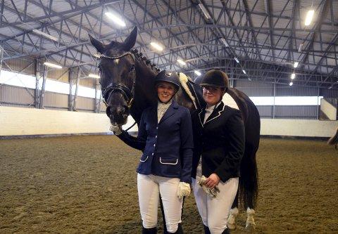 Kretsmesterskap: Ingeborg Aukan (til venstre) og Caroline Gundersen deltok i kretsmesterskapet i dressur. foto: Hilde-Christine Brevik