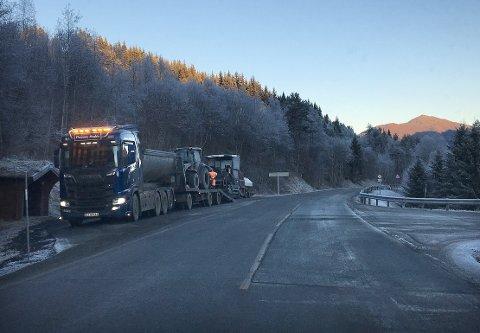NYLAGT: Deler av den nylig reasfalterte fylkesveien, har fått nytt toppdekke etter at det forrige viste seg å gå i oppløsning.