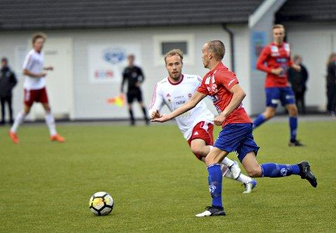 Kan bli endringer: Preben Storbukt og KFK spilte mot Johannes Moe og Eide/Omegn i 4. divisjon i fjor. Nå er det forslag på bordet som kan bety at halvparten lagene i årets serie må ned i 5. divisjon.