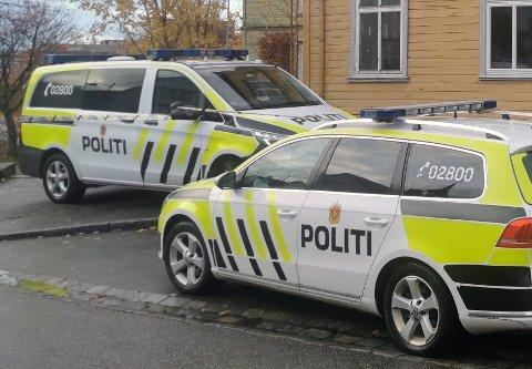 Tre menn er siktet for grov kroppsskade med døden til følge eller medvirkning til dette, etter at en kvinne i slutten av 30-årene ble funnet død i Trondheim søndag.