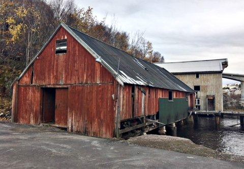 Dette er bryggehuset som det søkes om rivingstillatelse for. Bildet er tatt høsten 2017.