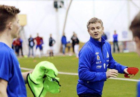 Kjærlighet til Kristiansund: Ole Gunnar Solskjær har hatt ulike trenerroller i CFK. Nå bidrar han til at moderklubben får spille kamper på Idrett med bedre kunstgress enn i dag.