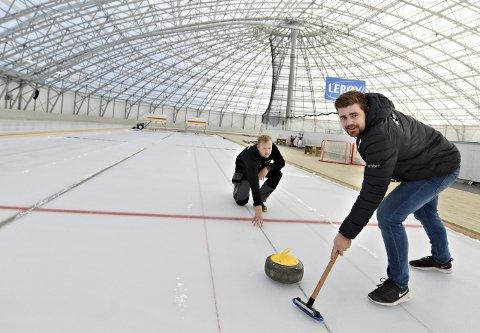 Isen er lagt: Sindre Sæther (bak) og Anders Bjerkelund har det meste klart før helgas åpning av Arena Nordvest. Curlingbanen er allerede tatt i bruk selv om det ennå ikke har vært offisiell sesongåpning.