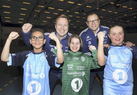 På samme lag: CFK-leder John Marius Dybvik og KFK-leder Erik Pettersen er glad for at også barna nå skal spille i Kristiansund Fotballs lyseblå drakter. Victor Alexander da Silva Rød, Hedda Torvik og Jonas Pettersen gleder seg til å spille på samme lag.