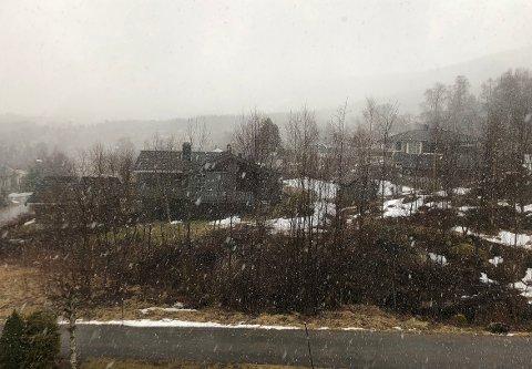 ILLUSTRASJONSFOTO: Til tross for at du bør legge om til vinterdekk om du skal til fjells får lørdagen sol og greie temperaturer. Bildet er tatt i Surnadal i april i år.