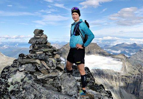 Espen Avset Fredriksen elsker utfordringer og løper mye i fjellet. Her på toppen av Store Trolla (1.842 meter over havet) i Sunndal.
