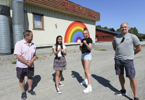 KJØPER NEDLAGT SKOLE: Rolf Terje Ulfsnes (fra venstre), Kristine Ulfsnes, Mari Nilsen og Tor Nilsen gleder seg over at Aure kampsportklubb får kjøpe en nedlagt skole for å skape et senter for frivillig aktivitet i kommunen.
