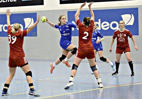 Annerledes: Emma Henden Høvik og spillerne på KHKs damelag i håndball vet ennå ikke når de kan starte sesongen. Trøsten for Henden Høvik er at hun er under 20 år og dermed kan spille i den nye J20-serien.