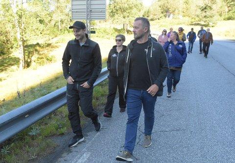 BEFARING: Tore og Kristina Svinvik (til venstre) fikk besøk av enhetsleder Håvard Stensønes og politikerne i hovedutvalg for miljø, areal og teknikk 20. august. Der fikk Svinvik vise hvordan det planlagte Todalsfjordprosjektet vil påvirke gården og arboretet som er naboeiendommen til Svinvik Gard.