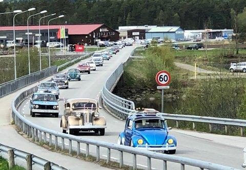 KORTESJE: Med enda flere biler enn i fjor ble bilkortejsen rundt nedre Surnadal en stor suksess for deltakere og arrangører. Her er noen av deltakerne på vei over Øra bru før ferden gikk videre rundt bygda.