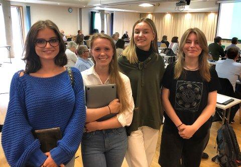 ORIENTERTE: Hedda Edvardsen, Una L. Gravvold, Sara Wilhelmsen og Mette Madaus er medlemmer i ungdomsrådet i Surnadal. Torsdag fikk de låne talerstolen i kommunestyret for å orientere om saker de har arbeidet med den siste tiden.