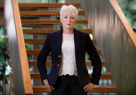 Heidi Finstad i Treindustrien forklarer at royalkledning er impregnert trelast som deretter er innoljet på alle fire sider, altså både på yttersiden og innsiden av kledningsbordet. Dette til forskjell fra overflatebehandlet kledning som kun er behandlet på yttersiden av kledningen. Det gir forskjellige brannegenskaper til kledninger, mener Finstad.