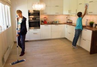 FELLES AKTIVITET: Involver barna aktivt i husarbeidet fra de er små, råder firebarnsmor og pedagog Inger-Lise Køltzov.
