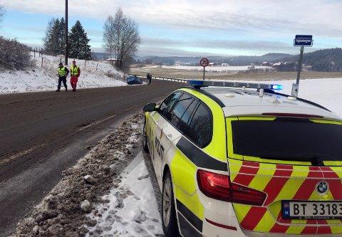 Politiet har hatt flere oppdrag tirsdag som skyldes snø og glatt føre. Her ved en ulykke i Andebuveien.