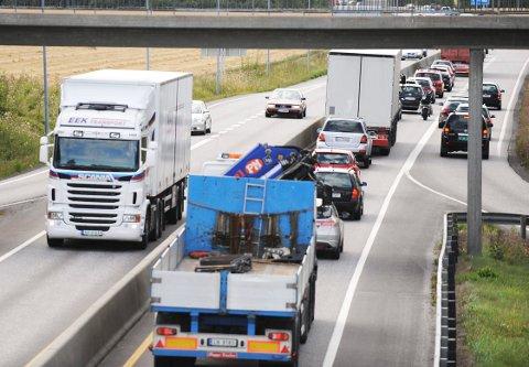 Trafikken på E18 ved Sem. Foto: Harald Strømnæs Tett trafikk på to-felts veien E18 ved Sem. Her er det daglig saktegående kø. Strekningen fra Tønsberg til Larvik er den mest trafikkerte på E18 i Vestfold. Foto: Harald Strømnæs