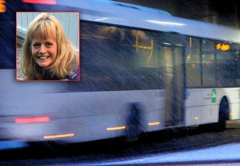 MÅTTE GÅ: Lisbeth Saltnes og de andre passasjerene fikk seg en iskald overraskelse under bussturen.