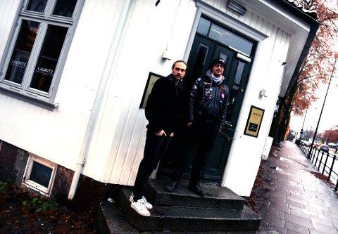 Barocken i Nedre Langgate stenger dørene inntil videre etter påbud fra regjeringen. Her står Richard Andre Krøger Hallvig og Harald Solberg eier og driver baren sammen.