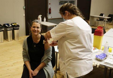 KORONAVAKSINE: Hanne Svendsen var blant de første i gruppen helsepersonell som tirsdag 12. januar fikk vaksine i Færder kommune. Den ble satt av Anne Terese Arfeldt.