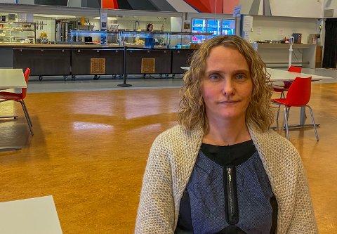 MISTET ELEV: Cecilie Langklep Bjørnøy er rektor ved Greveskogen skole. Hun bekrefter at den 18 år gamle Tolvsrød-kvinnen som omkom fredag var elev ved skolen.