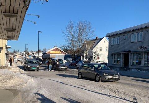 SAMMENSTØT: To biler kolliderte i Raufoss sentrum torsdag ettermiddag.