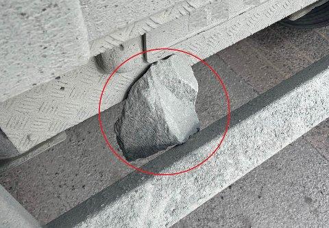 BRUKSFORBUD: Løse steiner som kan falle av under fart medfører høy risiko, mener Statens vegvesen. To yrkessjåfører måtte rydde opp for å få kjøre videre i Verdal torsdag.