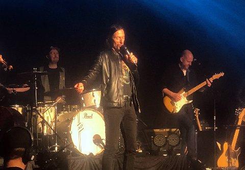 FORSANGER: Etter å gjennomført et solid solonummer gikk festivalsjef Svein Bjørge ut på scenen og sang første vers av fellesnummeret «Viva la Vida» alene, før resten av artistene hengte seg på.