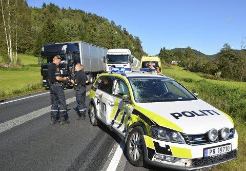 Trailer mot politibil: Etter det Tvedestrandsposten har fått opplyst, skjedde ulykken da politibilen ville vende på E18 for å ta opp jakten på en råkjører. Da skal  politibilen  ha blitt truffet av en trailer. Til alt hell ble ingen personer skadet, men politimannen ble tatt med i ambulansen for en legesjekk. foto: frode gustavsen