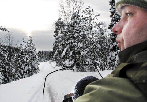 Brøyter ikke: Dag Fagermyr har to kilometer ubrøytet vei om vinteren, og trives med en skitur eller scooterferd mellom huset og bilen. - Dag er som en bjønn i skogen. Han er stor og sterk og holder muskelmassen ved like ved å leve tungvint, sier progrmleder Arve Uglum. Programmet fra Tvedestrand er en del av den sekstende sesongen av «Der ingen skulle tru at nokon kunne bu», som fortsatt har høye seertall på NRK 1. Uglum har nettopp startet filmingen av sesong 17.Arkivfoto