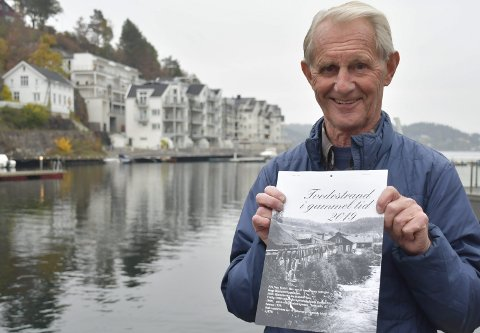 40 års dugnad: Willy Nylén takker for seg etter å ha laget «Tvedestrand i gammel tid» siden han selv var 40 år gammel. Nå er han 80, og føler det er på tide å la stafettpinnen gå videre til andre som kan overta dugnadsarbeidet med den tradisjonsrike kalenderen. Foto: Anne Dehli