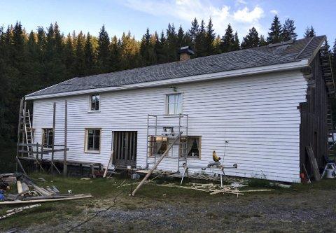 Byggeprosjekt: Eieren av Sveigane har forlenget det gamle våningshuset med et stort tilbygg, slik at hele huset ble 18 meter langt. Arbeidet var nesten ferdig før alt sammen brant i helgen. Dette bildet ble tatt i slutten av juni i år. Privat foto