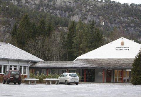 Legges ned? Kun 40 elever har søkt de 120 plassene på den videregående skolen i Åmli. Dersom driften opprettholdes, blir det bare tre elever i det nye kullet med idrettsfagelever, mens klassen har plass til 30. Fylkesutvalget avgjør skolens skjebne i mai.