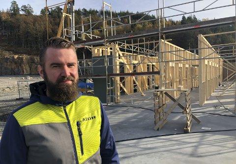 Gleder seg: Om fem måneder kan Geir-Eivind Kile i Safe Control ta med seg de ansatte og flytte inn i næringsbygget som nå reiser seg på Grenstøl. Selskapet satser 15 millioner kroner pluss mva på nybygget. Foto: Marianne Drivdal