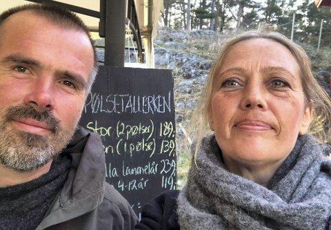 Ragnvald og Linn: Hadde hyret inn påskevakter og kjøpt inn varer da regjeringen innførte skjenkestopp og 2-meters regel. Nå gjør de i likhet med mange andre næringsdrivende det beste ut av situasjonen. Arkivfoto